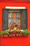 Κόκκινο παράθυρο σε Burano Στοκ φωτογραφία με δικαίωμα ελεύθερης χρήσης