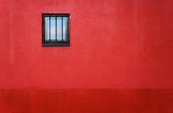 κόκκινο παράθυρο τοίχων στοκ φωτογραφία με δικαίωμα ελεύθερης χρήσης