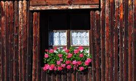 κόκκινο παραδοσιακό παράθυρο λουλουδιών ξύλινο Στοκ φωτογραφία με δικαίωμα ελεύθερης χρήσης