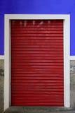 Κόκκινο παραθυρόφυλλο κυλίνδρων Στοκ εικόνα με δικαίωμα ελεύθερης χρήσης