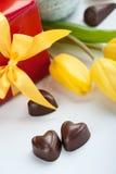 Κόκκινο παρόν και σοκολάτες κιβωτίων Στοκ φωτογραφία με δικαίωμα ελεύθερης χρήσης