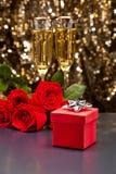 Κόκκινο παρόν κιβώτιο CHAMPAGNE και τριαντάφυλλα στοκ φωτογραφίες