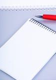 κόκκινο πεννών σημειωματάρ& Στοκ φωτογραφία με δικαίωμα ελεύθερης χρήσης
