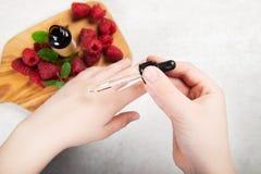 Κόκκινο πετρέλαιο σπόρου σμέουρων Καθαρός, φυσικός Aromatherapy, πετρέλαιο βάσεων μασάζ, Sunscreen στοκ φωτογραφία με δικαίωμα ελεύθερης χρήσης