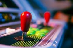 Κόκκινο πηδάλιο ενός παλαιού τηλεοπτικού παιχνιδιού Arcade με το υπόβαθρο bokeh Στοκ φωτογραφίες με δικαίωμα ελεύθερης χρήσης