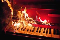 Κόκκινο πιάνο στις πορτοκαλιές φλόγες στοκ φωτογραφίες με δικαίωμα ελεύθερης χρήσης