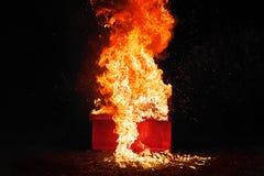 Κόκκινο πιάνο στις πορτοκαλιές φλόγες Στοκ Εικόνες