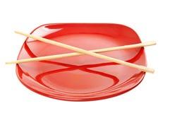 Κόκκινο πιάτο με τα κινεζικά ραβδιά Στοκ Εικόνες