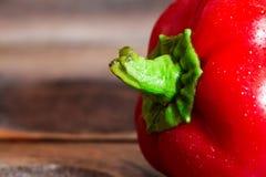 Κόκκινο πιπέρι κουδουνιών σε έναν ξύλινο πίνακα στοκ φωτογραφίες
