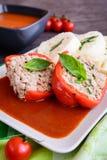 Κόκκινο πιπέρι που γεμίζεται με το ρύζι, τον κιμά και το λαχανικό στο tomat Στοκ φωτογραφίες με δικαίωμα ελεύθερης χρήσης