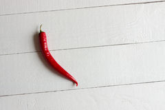 Κόκκινο πιπέρι τσίλι που απομονώνεται σε ένα άσπρο υπόβαθρο πινάκων Στοκ φωτογραφία με δικαίωμα ελεύθερης χρήσης