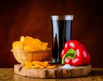 Κόκκινο πιπέρι, τσιπ πατατών και κόλα Στοκ φωτογραφία με δικαίωμα ελεύθερης χρήσης