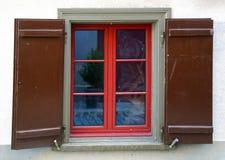 Κόκκινο πλαίσιο παραθύρων με τα παραθυρόφυλλα Στοκ Εικόνα
