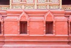 Κόκκινο πλαίσιο παραθύρων της ταϊλανδικής εκκλησίας στοκ φωτογραφίες