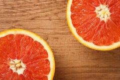Κόκκινο πορτοκάλι σε μια ξύλινη κινηματογράφηση σε πρώτο πλάνο υποβάθρου Στοκ Φωτογραφία