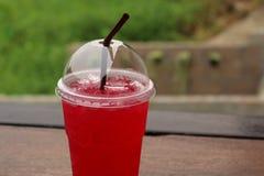 Κόκκινο ποτό στον ξύλινο πίνακα στοκ εικόνες