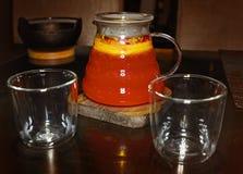 Κόκκινο ποτό τσαγιού φρούτων και δύο γυαλιά στοκ εικόνες