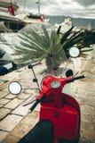 Κόκκινο ποδήλατο μηχανικών δίκυκλων που αποκτάται υγρό στη βροχή Στοκ Φωτογραφίες