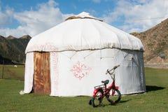 Κόκκινο ποδήλατο μπροστά από ένα yurt Στοκ Εικόνες