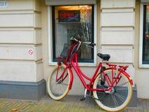 Κόκκινο ποδήλατο στο Άμστερνταμ στοκ φωτογραφίες