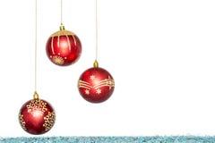 Κόκκινο πολυτέλειας με τη χρυσή σφαίρα Χριστουγέννων, κρεμώντας διακόσμηση Στοκ Φωτογραφία