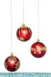 Κόκκινο πολυτέλειας με τη χρυσή σφαίρα Χριστουγέννων, κρεμώντας διακόσμηση Στοκ φωτογραφία με δικαίωμα ελεύθερης χρήσης