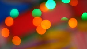 Θολωμένα ζωηρόχρωμα φω'τα Κόκκινο, πράσινος, κίτρινος, πορτοκαλής, το μπλε το ακτινοβολώντας bokeh εορταστικό υπόβαθρο απόθεμα βίντεο