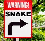 Κόκκινο προειδοποιητικό σημάδι φιδιών στο δάσος στοκ εικόνες με δικαίωμα ελεύθερης χρήσης