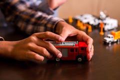 Κόκκινο πυροσβεστικό όχημα παιχνιδιών παιδιού Στοκ Εικόνες