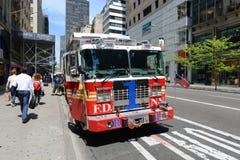 Κόκκινο πυροσβεστικό όχημα στην πόλη της Νέας Υόρκης Στοκ Φωτογραφίες