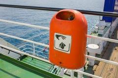 Κόκκινο πλαστικό δοχείο σκουπιδιών Στοκ Φωτογραφίες