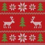 Κόκκινο πλεκτό πουλόβερ Χριστουγέννων με το άνευ ραφής σχέδιο ελαφιών και σημαδιών Στοκ Εικόνες