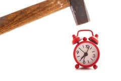 Κόκκινο ρολόι με ένα σφυρί ελεύθερη απεικόνιση δικαιώματος