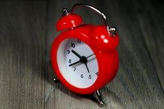 Κόκκινο ρολόι συναγερμών Στοκ φωτογραφία με δικαίωμα ελεύθερης χρήσης