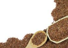 Κόκκινο ρύζι ή Riceberry και ξύλινη ύφανση κουταλιών και καλαθιών Στοκ Φωτογραφία