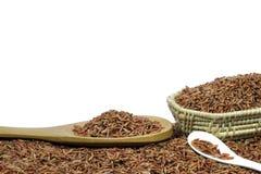 Κόκκινο ρύζι ή Riceberry και ξύλινη ύφανση κουταλιών και καλαθιών Στοκ Φωτογραφίες
