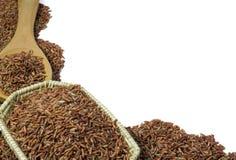 Κόκκινο ρύζι ή Riceberry και ξύλινη ύφανση κουταλιών και καλαθιών Στοκ εικόνες με δικαίωμα ελεύθερης χρήσης