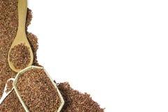 Κόκκινο ρύζι ή Riceberry και ξύλινη ύφανση κουταλιών και καλαθιών Στοκ φωτογραφία με δικαίωμα ελεύθερης χρήσης