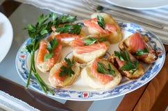 κόκκινο σάντουιτς ψαριών καναπεδάκια σολομών στον πίνακα μπουφέδων Στοκ Φωτογραφίες