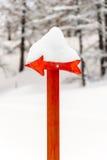 Κόκκινο σήμα βελών με το χιόνι Στοκ φωτογραφία με δικαίωμα ελεύθερης χρήσης