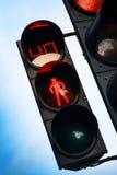 Κόκκινο σήμα στο για τους πεζούς φωτεινό σηματοδότη Στοκ Εικόνες