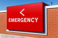 Κόκκινο σημάδι εισόδων έκτακτης ανάγκης για ένα τοπικό νοσοκομείο ΙΙ Στοκ εικόνα με δικαίωμα ελεύθερης χρήσης