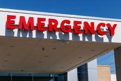 Κόκκινο σημάδι εισόδων έκτακτης ανάγκης για ένα τοπικό νοσοκομείο Ι Στοκ φωτογραφία με δικαίωμα ελεύθερης χρήσης