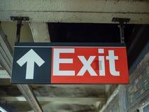 Κόκκινο σημάδι εξόδων με την ένωση βελών στον υπόγειο σταθμό μετρό στοκ φωτογραφία με δικαίωμα ελεύθερης χρήσης