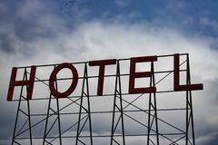 Κόκκινο σημάδι ξενοδοχείων με το νεφελώδη ουρανό στοκ φωτογραφίες με δικαίωμα ελεύθερης χρήσης