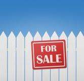 Κόκκινο σημάδι πώλησης στη φραγή Στοκ εικόνες με δικαίωμα ελεύθερης χρήσης