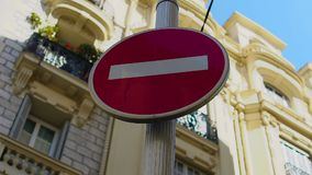 Κόκκινο σημάδι στάσεων που στέκεται στην οδό, την ασφάλεια και την προσοχή, οδηγώντας κανόνες απόθεμα βίντεο