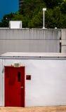 Κόκκινο σημάδι πορτών και εξόδων στο μικρό κτήριο σε Towson, Μέρυλαντ Στοκ Φωτογραφίες