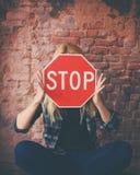 Κόκκινο σημάδι στάσεων εκμετάλλευσης νέων κοριτσιών στο πρόσωπο στοκ φωτογραφία