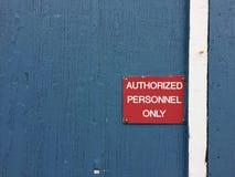 Κόκκινο σημάδι στο μπλε ξύλινο εξουσιοδοτημένο ανάγνωση προσωπικό τοίχων μόνο Στοκ φωτογραφία με δικαίωμα ελεύθερης χρήσης